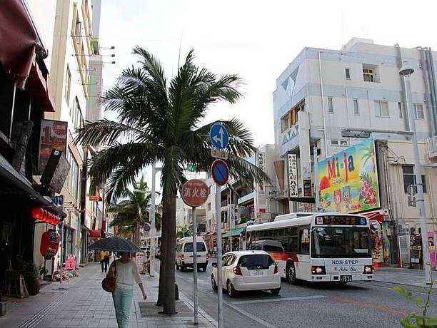 スイーツを楽しめるお店も並んでいる那覇市の国際通り