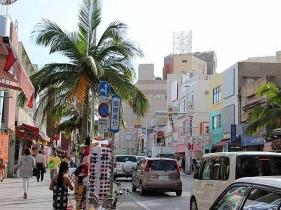 那覇市久茂地の県庁前から安里まで1.6キロにわたる国際通り