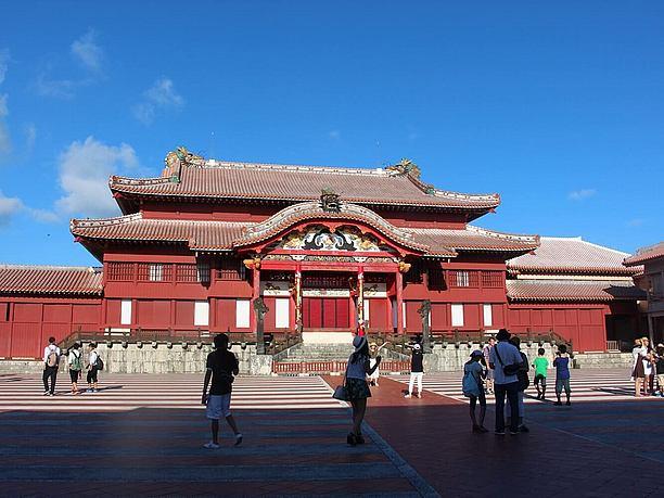 華麗な佇まいの正殿は琉球独特の建築物