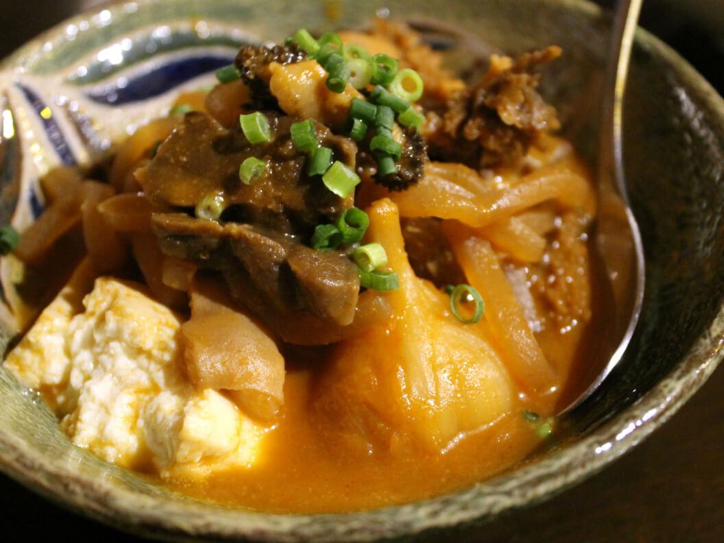 黒毛和牛モツのピリ辛味噌煮込み(580円)