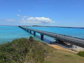 洋上に横たわる池間大橋