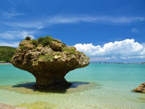 浜比嘉島。ぽっかり浮かんだような岩