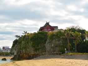 琉球沖縄八社のひとつ。崖の上に鎮座する神社