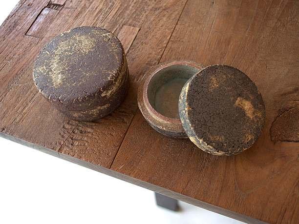 ハンドメイドの陶器