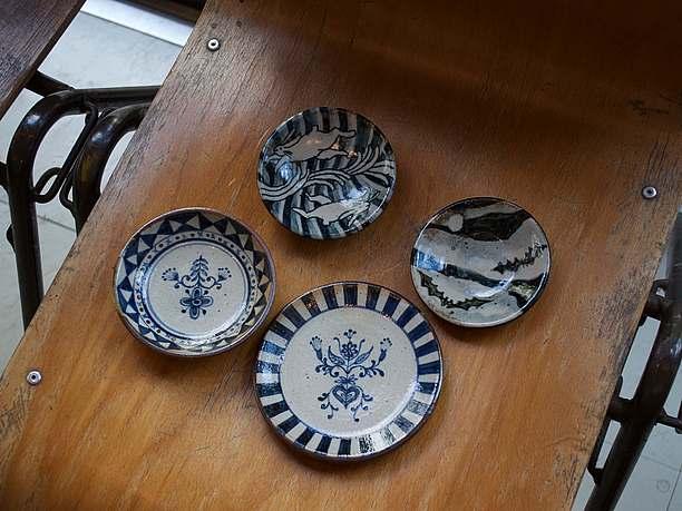 ブルーの絵付けと質感が特徴の平皿