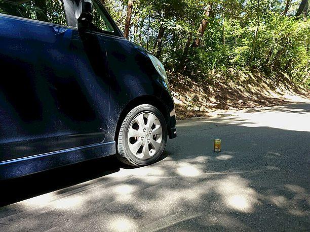 車が空き缶から離れ始め