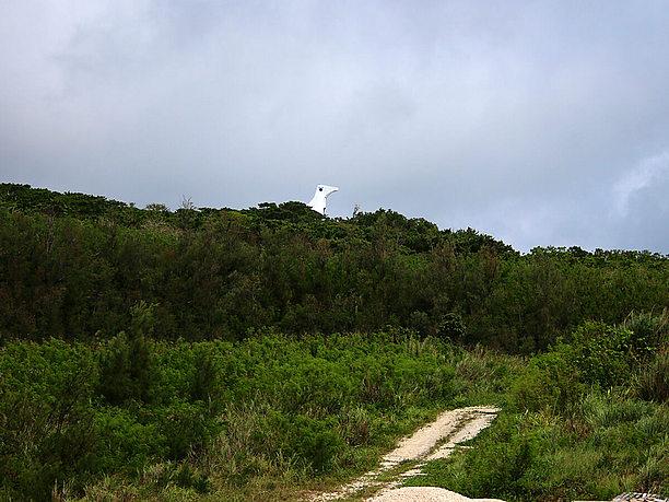 鳥の頭のような形をした 白い建物が牧山展望台