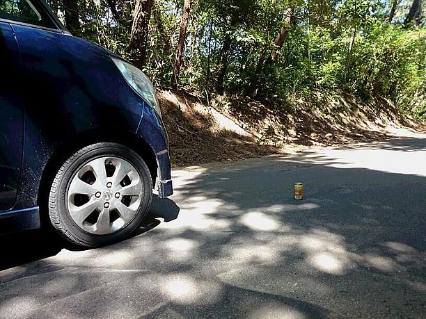 徐々に車から空き缶が離れる
