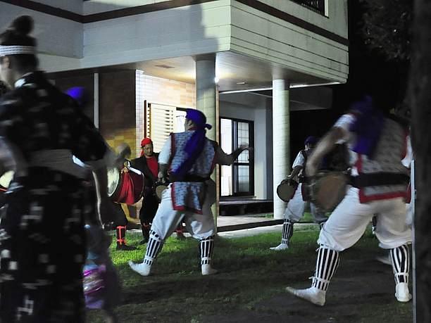 家の敷地の中でエイサーを踊る