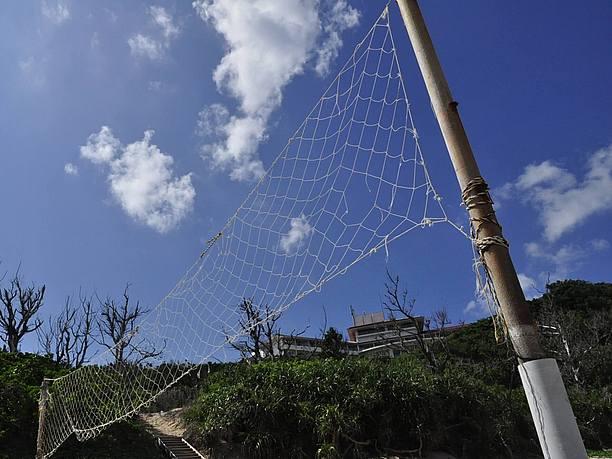 ムルク浜ビーチ。ネットを張ってビーチバレー。