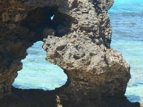 幸せを呼ぶ癒しのスポット「池間島イケズビーチ近くのハート岩」