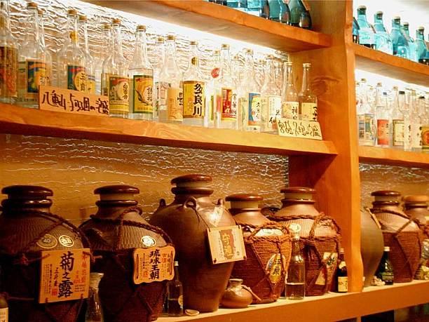 カウンターにずらりと並んだ甕貯蔵の泡盛古酒