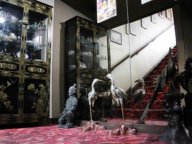 客席のある2階へ。中国の装飾品が置かれる