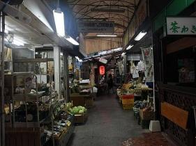 生活感の溢れるお店が何軒も並ん薄暗いアーケードの中