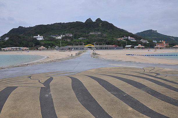ビーチは海水浴用とマリンスポーツ用の2つの湾にデザインされた人工ビーチ。