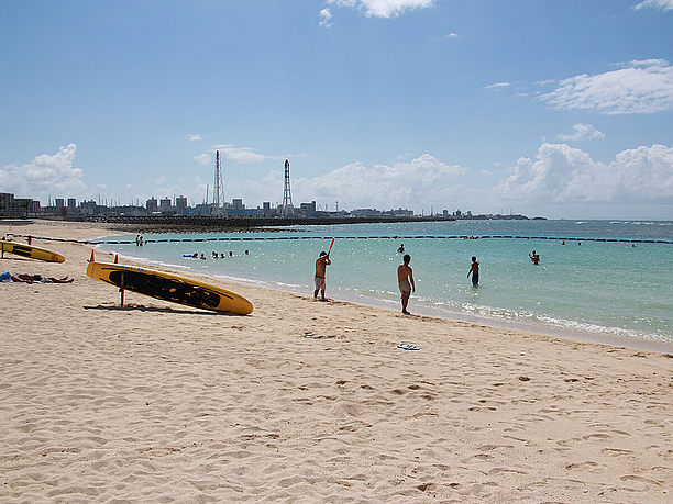 左手に見えるのは沖縄電力