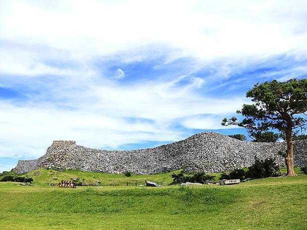 荒削りに積み上げられた石灰岩の石垣