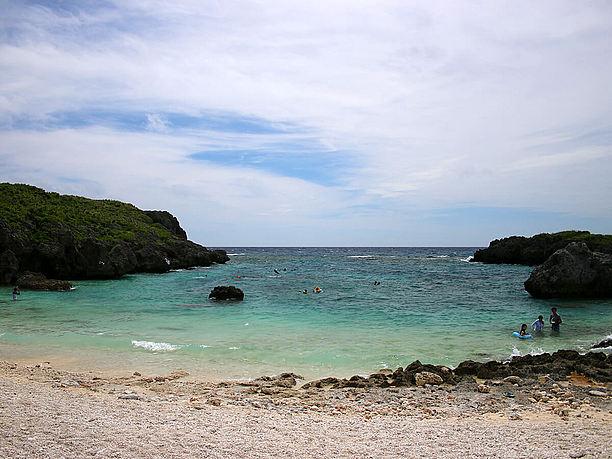 断崖絶壁に囲まれた小さなビーチ
