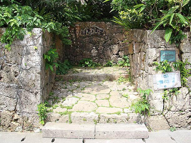 入口の石垣からは建物が全く見えない
