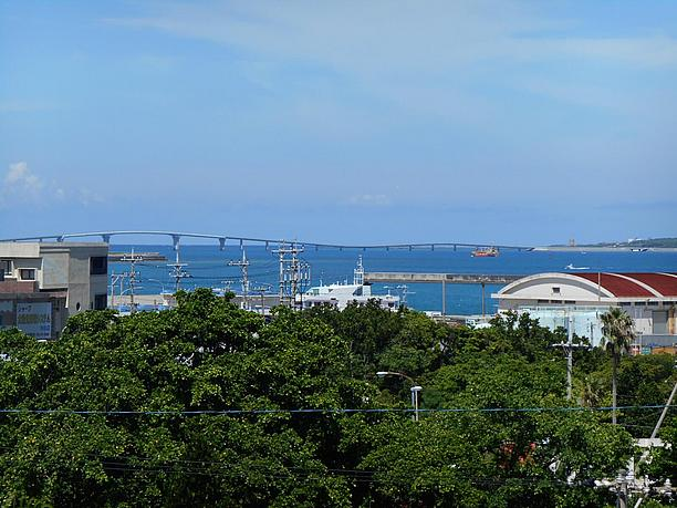 参道の左手側からは、3540m日本一長い無料の橋・伊良部大橋を望む