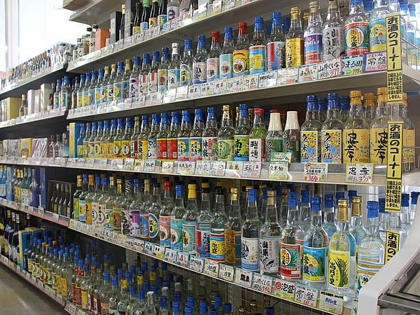 透明な2合瓶や3合瓶に入った各酒造所の代表銘柄