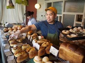 店主の淳さんがパンを並べる様子