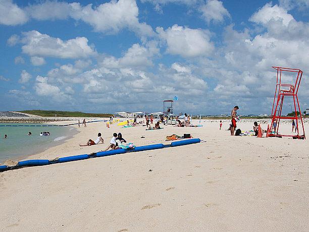 「沖縄国際映画祭」のビーチステージが設営される砂浜