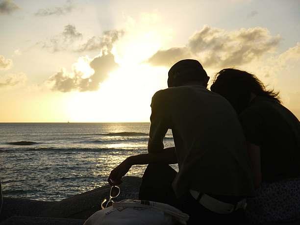 夕日を眺める人々と夕日1