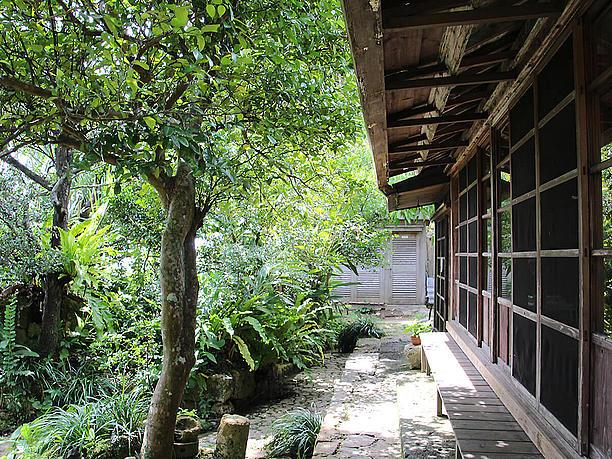 ざまざまな樹木に彩られた沖縄風庭園
