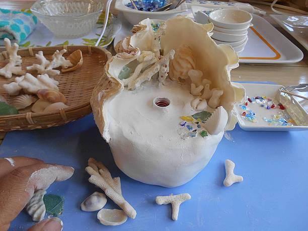 シャコ貝の内側や紙粘土の土台をデコレーション