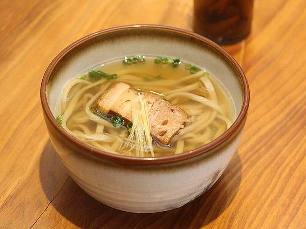 自家製麺、自家製ダシの 沖縄そば(小400円・中550円)