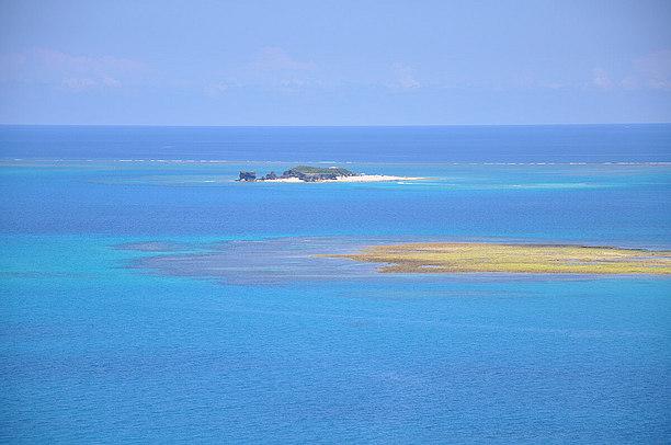 白いビーチが美しい無人島、コマカ島
