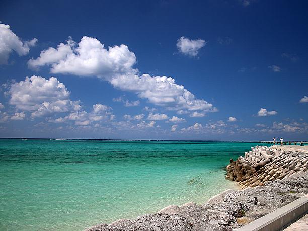 遠くまで透き通った青い海