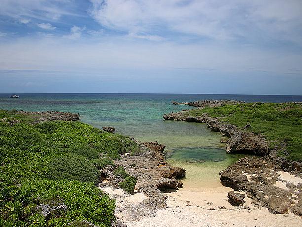 砂浜。周囲はゴツゴツした岩場。