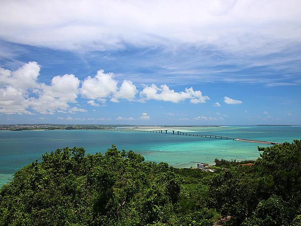 青い海と伊良部大橋の全貌