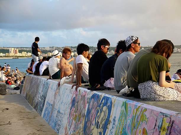 堤防に座る人々