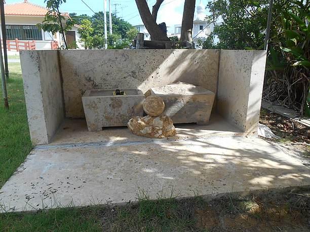 沖縄の御嶽で見られるような香炉がある