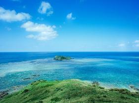 灯台の立つ小さな丘から見渡せる一面の海