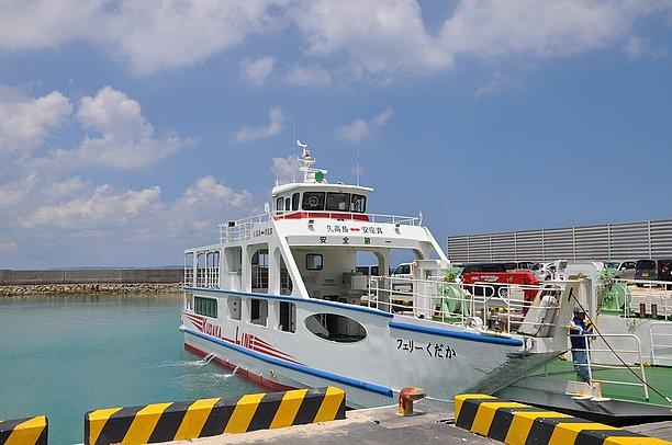 安座真港からでる高速船
