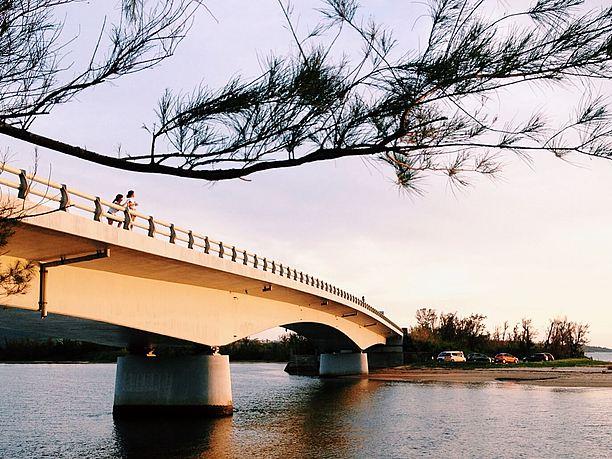 夕日があたった名蔵大橋