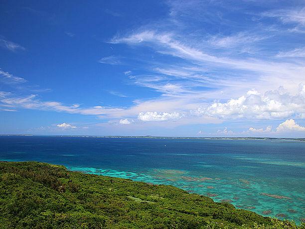 正面中央に大神島