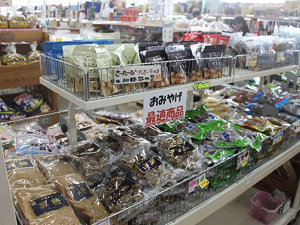 ちらのお店には沖縄のお菓子や黒糖など 他のお土産品もたくさん