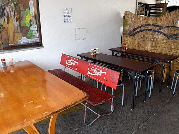店舗横に設けられたテーブル席
