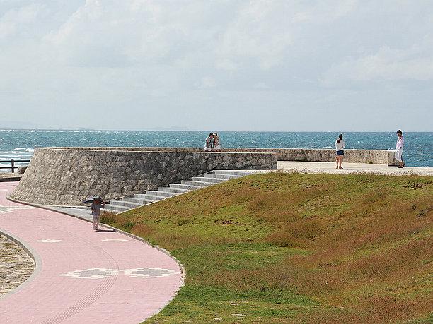 海上先端に突き出た石灰岩の展望台
