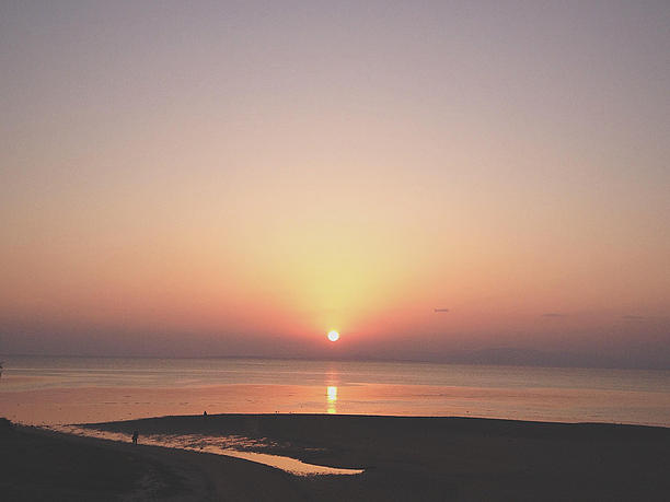 色鮮 やかに変わりゆく空の色と夕日