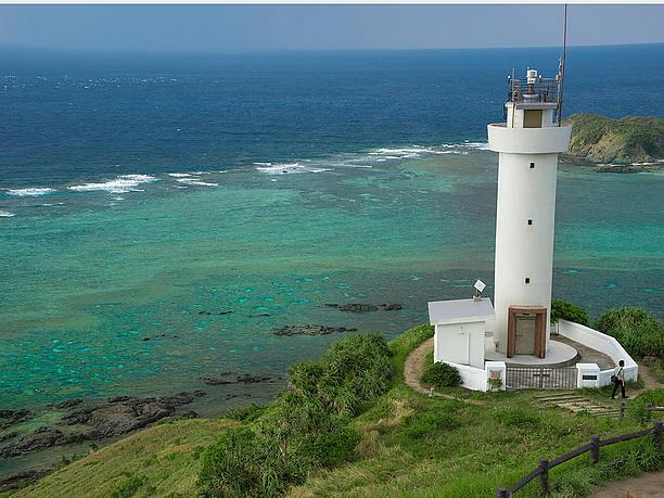 背の高い灯台を見下ろす