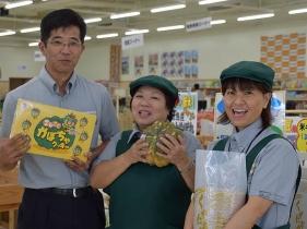 店長の新城悟さん(写真左)と店員さん