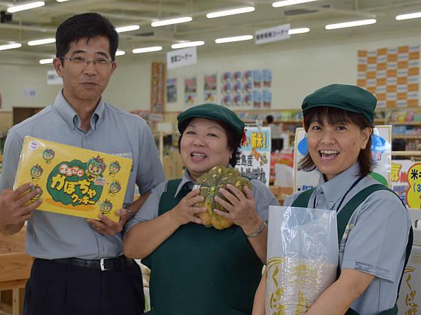 店長の新城悟さん(写真左)