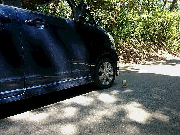 タイヤのそばに空き缶を置く