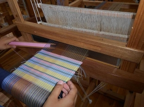 約20センチ四方のマット織り上げる織物体験